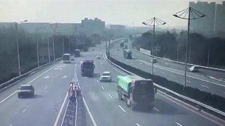 高速上开车突然变道 小车瞬间被撞翻 每日新闻报 20200103 高清版
