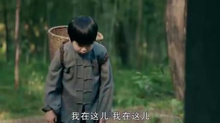 农村小孩真聪明,故意读错墓碑上的名字,机智救了自己一命!