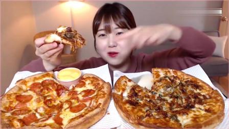 《农村美食》妹子吃烤肉披萨加香肠披萨,大口大口地吃,太过瘾了。