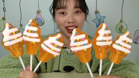 """小姐姐吃创意零食""""冰淇淋棒棒糖"""",橙色通透挂奶油,果味超香甜"""