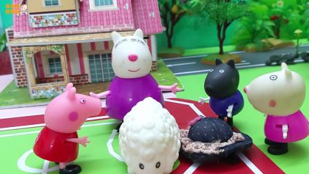 《小猪佩奇》小故事,佩奇给小羊打扮,哇,小羊变成美女了!