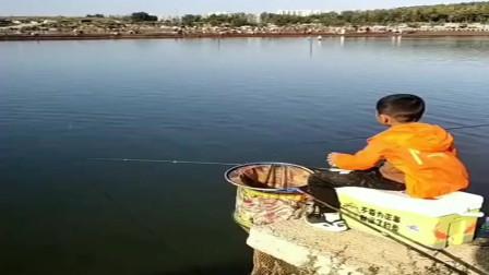 小伙子看到大鱼上钩激动的竿都拿不稳了,结果鱼愣是没脱钩,不服不行!
