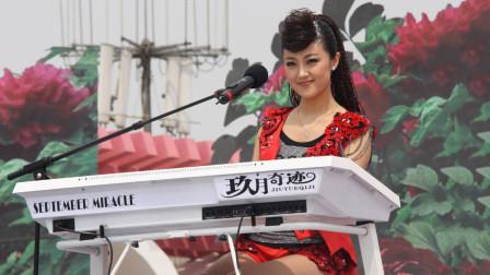 不愧是双排键硕士,王小玮演奏《铁血丹心》太惊艳,观众一阵欢呼