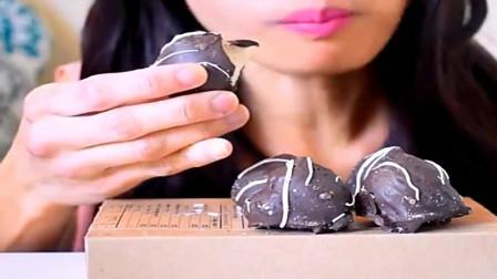 美食吃播,巧克力涂层芝士蛋糕球,吃的很开心