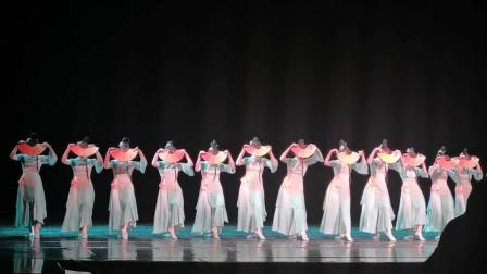 用的纸扇书生的背景音乐,舞者换成了女生,不一样的优雅!