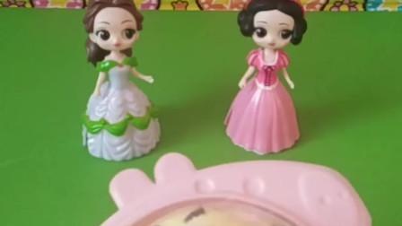 白雪和贝尔都想吃蛋糕,可是她们要比赛,谁赢了才可以吃。
