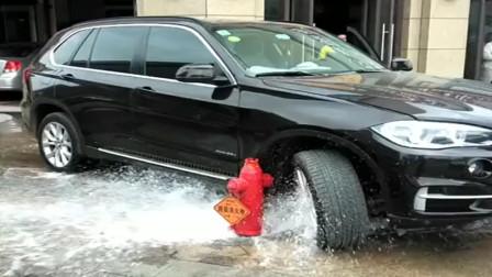 宝马车主是个好人,看到消防栓喷水赶紧过来挡着,避免淋湿路人!