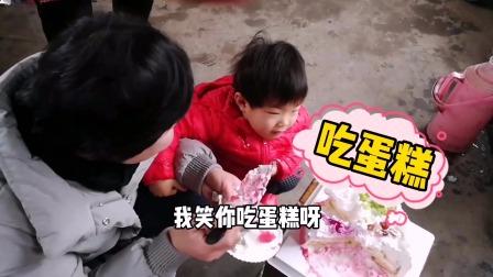 周末去孩子姥姥家给女儿过生日,女儿脸上都是蛋糕,吃的可高兴了