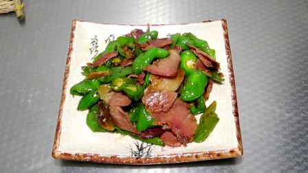 尖椒炒腊肉怎么做才好吃?大厨教你烹饪技巧,香辣美味,下酒下饭,上桌被抢光