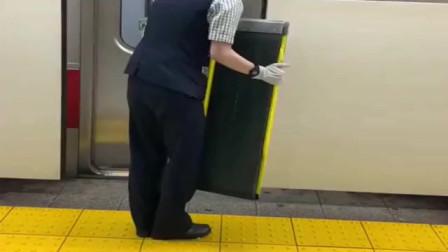 日本电车列员对残疾人,都是人性化服务!一般国家是做不到的!