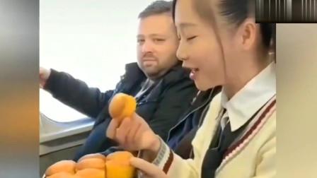 老外在中国:外国友人:没想到来中国坐高铁,还碰到个这么有趣的妹子