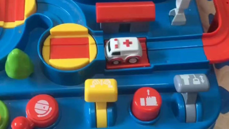 小汽车闯关开始了,小朋友给小汽车开门,小汽车闯关成功啦