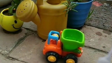 装水车来装水啦,小水壶坏了不能装水,小勺子什么时候能装完啊