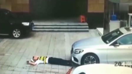 保安一言不合就躺在地上,谁知女司机这么强悍,悲剧了
