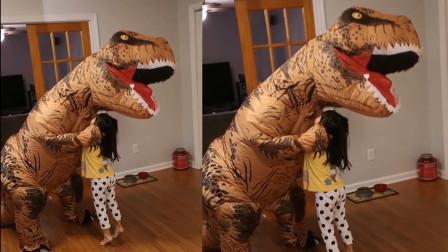 孩子扮成小恐龙接爸爸回家,没想到当爸爸出来后,网友:果然是一家的!