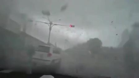 灵异事件:风有多可怕,女司机从车内卷出几十米,不是监控谁信!