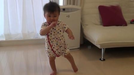 八个月宝宝第一次学走路,下一秒动作曝光,网友:这是喝大了吧
