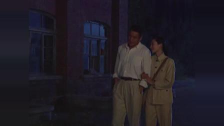 男女二人情投意合,两人深夜一起去散步