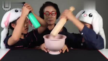 吃货双胞胎小萝莉,跟奶奶制作食物,看着很好吃的样子!