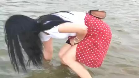 农村小媳妇发现河里有鱼,没想到穿着裙子也敢下水去抓,太拼了!