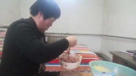 农村小媳妇包猪肉胡萝卜包子,肉多汤香一下蒸了四屉为啥吃饭剩自己