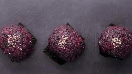 1分钟学会做紫米肉松芝士饭团,明天的早餐就准备好啦