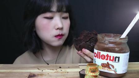 韩国吃播,小姐姐吃巧克力系列甜点,还要加巧克力酱?