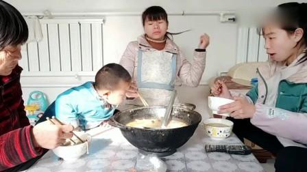 农村小媳妇做一锅家常版麻辣烫,老人孩子都爱吃,成本才20多块钱