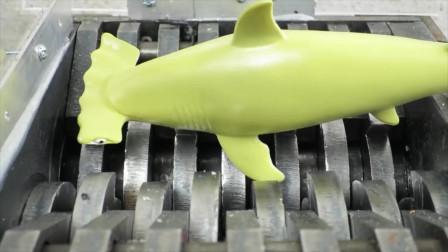 """将""""果冻、玩具鲨鱼""""放在切割机里,看着好减压啊,请勿模仿哦"""