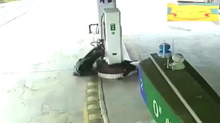 灵异事件:男子刚进入加油站,动作就像被鬼附身一样监控拍下诡异一幕