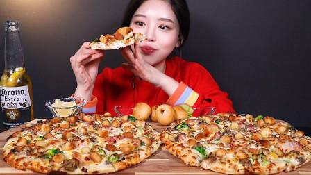 看小姐姐如何吃完双份10寸的香辣培根芝士披萨,搭配香酥芝士球