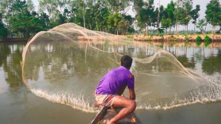印度小哥撒网技术一流,一网下去,看看收获了多少鱼?