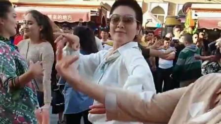 白色衣服的新疆大妈,跳的好有感觉啊!