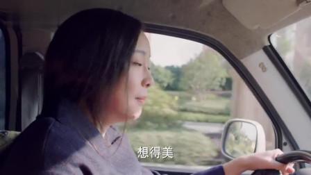 俩人一起搬货上车,一起在路边闲聊,女子开车离开