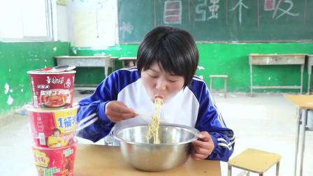 學霸王小九短劇老師早上請學生們吃泡面沒想女同學直接帶個大鐵盆吃太逗了
