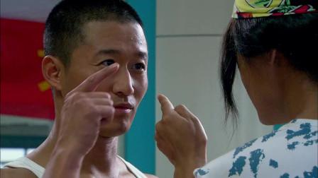 《我是特种兵》吴京去体检当兵,不料发现小混混不排队,分分钟制服他!