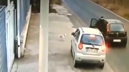 女司机路边停车,忽然感觉到有问题,监控视频拍下男子无耻的一幕