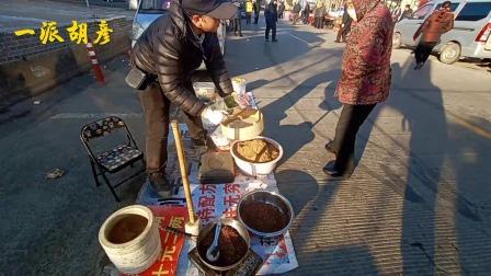 山西盂县农村赶大集,特产榆皮面、豆面、糊糊中,很受欢迎的美食