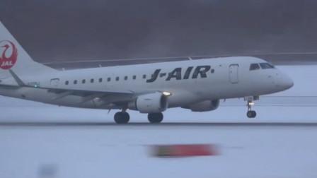 E-170客机在暴风雪后清理干净的跑道上起飞,还是卷起了大量的积雪