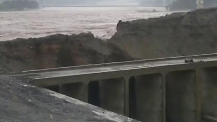 洪水奔腾冲毁土质堤坝,好在这里是泄洪通道