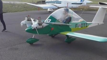 像放大版玩具一样的小飞机飞到了空中