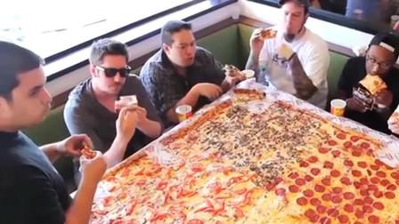 美食:朋友参加披萨店活动,2分钟吃完1披萨就免单,看到披萨后懵了