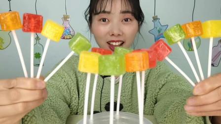 """小姐姐吃趣味零食""""多味果立方棒棒糖"""",包装似骰子,清新果味浓"""