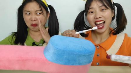 """闺蜜停水一周没洗漱,妹子拿""""超大牙刷抱枕""""来整蛊,逗"""