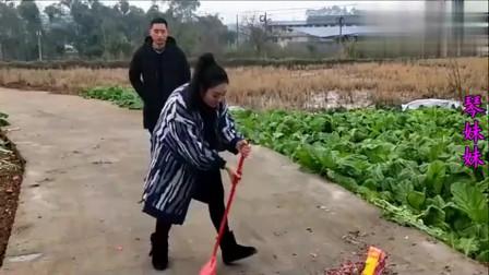 农村小媳妇,给舅舅大寿送鞭炮非要自己点火,结局意想不到