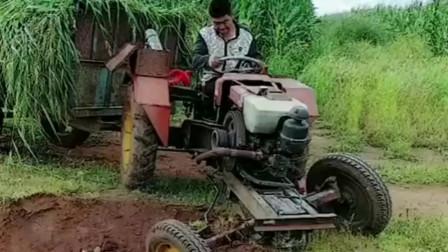 农村小伙不小心把拖拉机开下沟,结果油门一踩,轻松开上来!