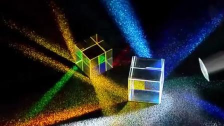 把光打到上面,好好看耶,五彩缤纷的,真是个好物玩意合色棱镜光影秀彩虹