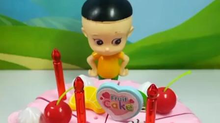 大头儿子给爷爷做生日蛋糕,还在蛋糕上放了好吃的水果,爷爷会喜欢大头做的蛋糕吗?