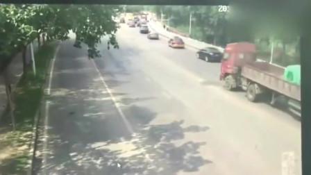 大货车刚一停下就侧翻了,要不是有监控,谁相信会发生这种事