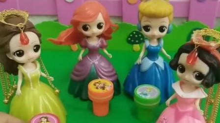 贝儿公主买了很多玩具,送给了白雪和其他公主,贝儿可真大方